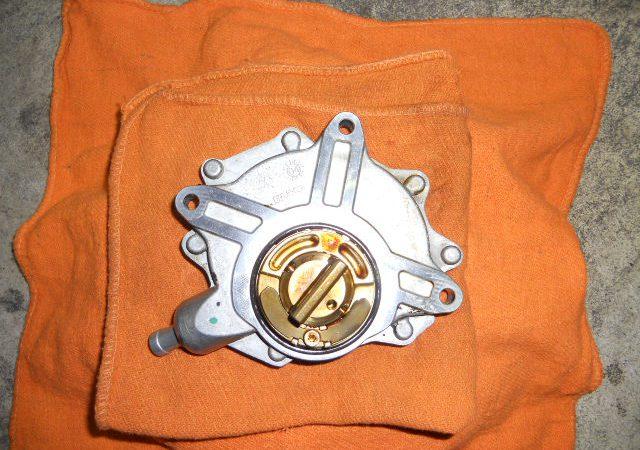 N系4気筒エンジンのエンジンオイル漏れバキュームポンプ