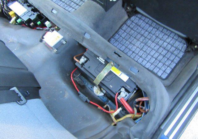 5シリーズ E34 525iスポーツパッケージ バッテリとエンジンオイル交換