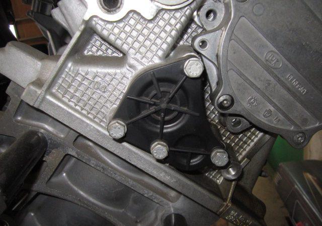 N系4気筒エンジンの冷却水漏れロックプレート