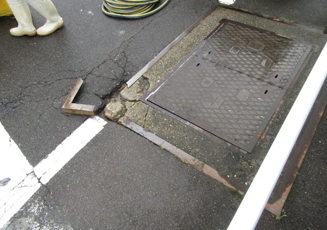 アクセルオート横の道路緊急補修